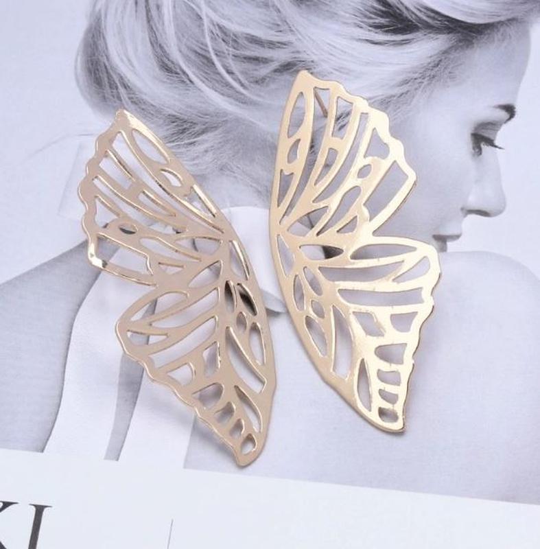 Стильные крупные серьги бабочки золотистого цвета - Фото 3