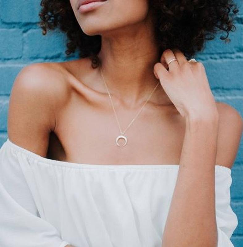 Ожерелье цепочка с подвеской полумесяц серебристого цвета