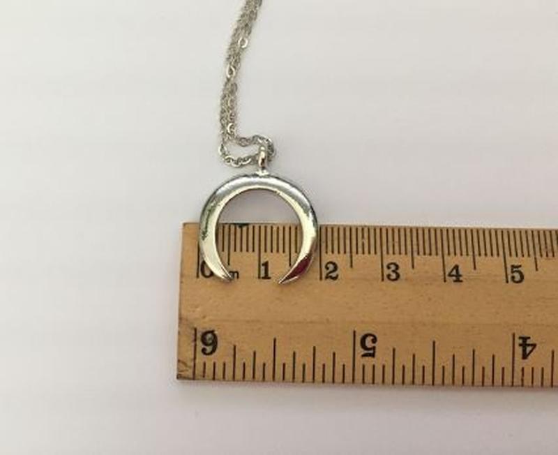 Ожерелье цепочка с подвеской полумесяц серебристого цвета - Фото 4