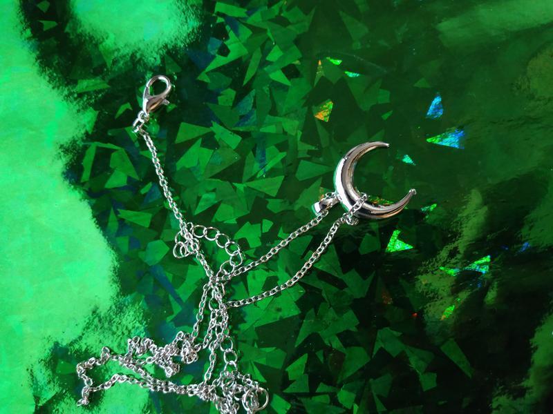Ожерелье цепочка с подвеской полумесяц серебристого цвета - Фото 5