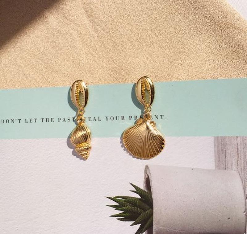 Стильные асимметричные серьги ракушки под золото