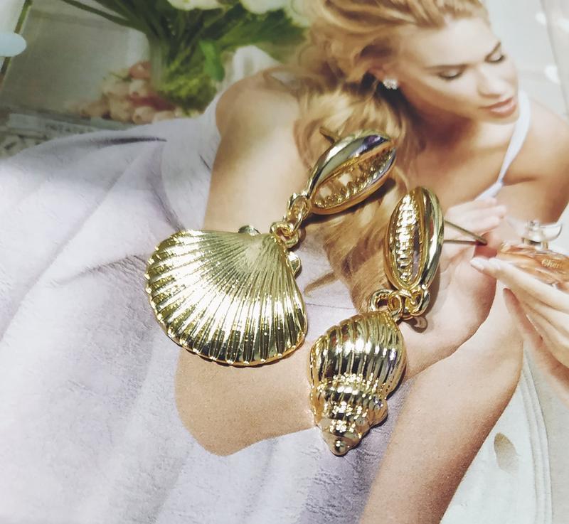 Стильные асимметричные серьги ракушки под золото - Фото 2