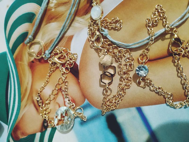 Набор браслетов 5 штук с подвесками ( сердце, карта мира, каму... - Фото 3