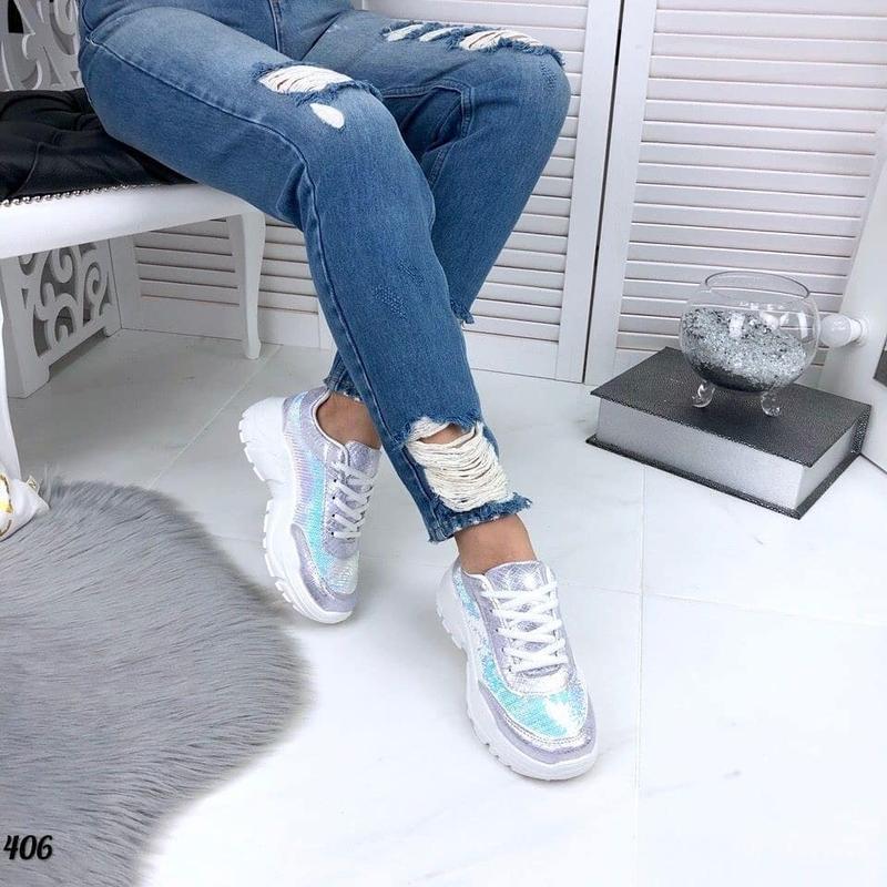 Яркие и блестящие кроссовки с пайетками