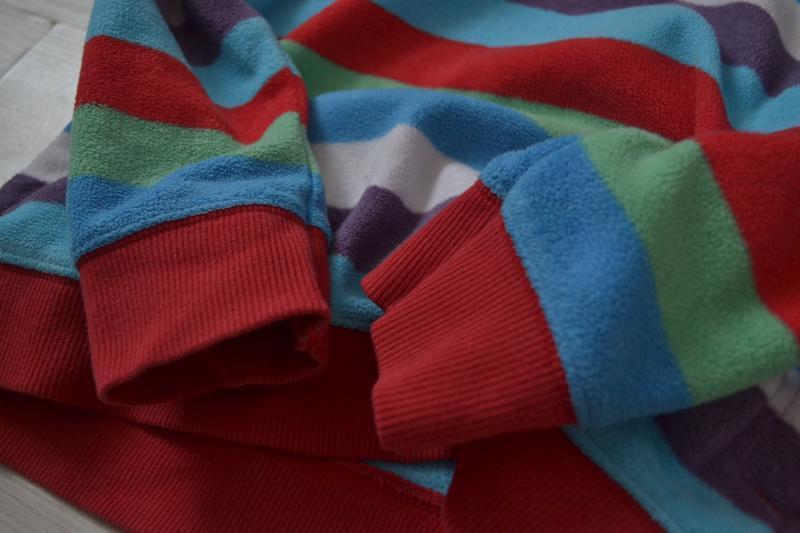Яркая флисовая кенгурушка с карманами кофта - Фото 5