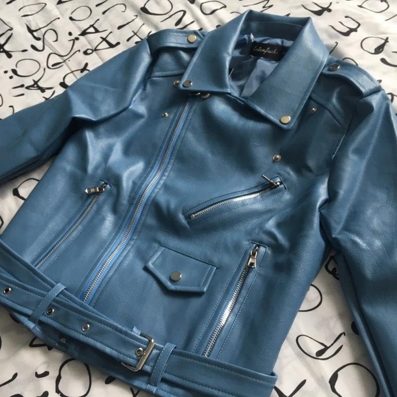 Женская куртка косуха из кожзама голубая - Фото 3