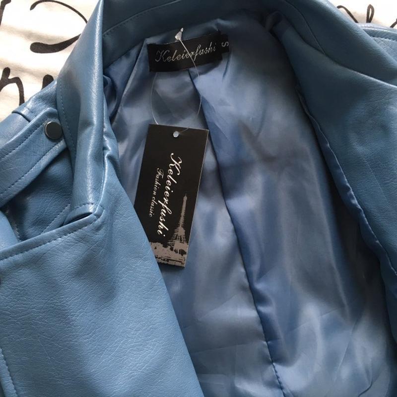 Женская куртка косуха из кожзама голубая - Фото 4