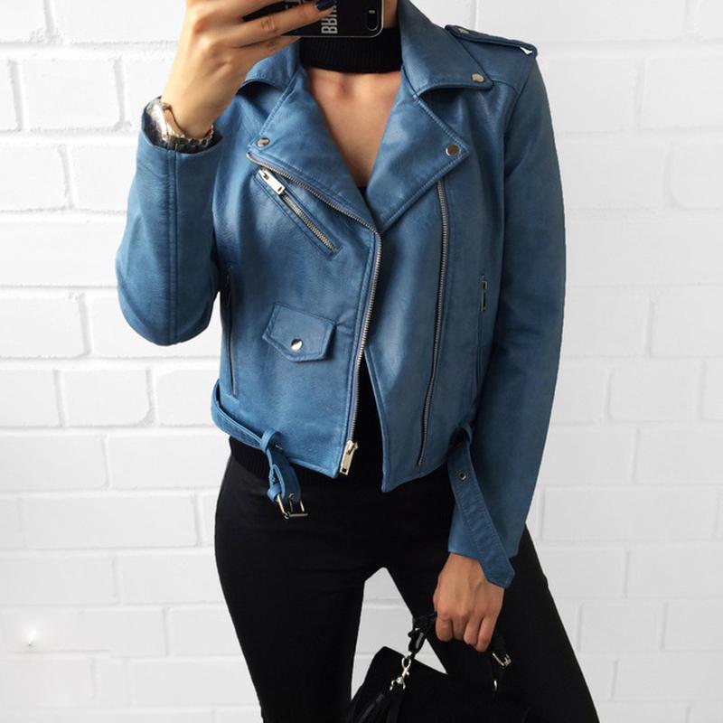 Женская куртка косуха из кожзама голубая - Фото 8