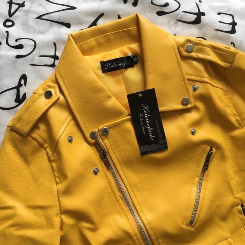 Женская куртка косуха из кожзама желтая - Фото 4