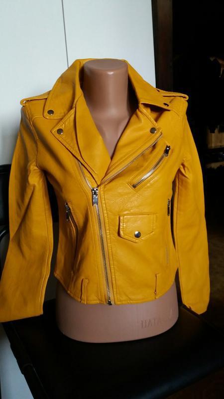 Женская куртка косуха из кожзама желтая - Фото 5