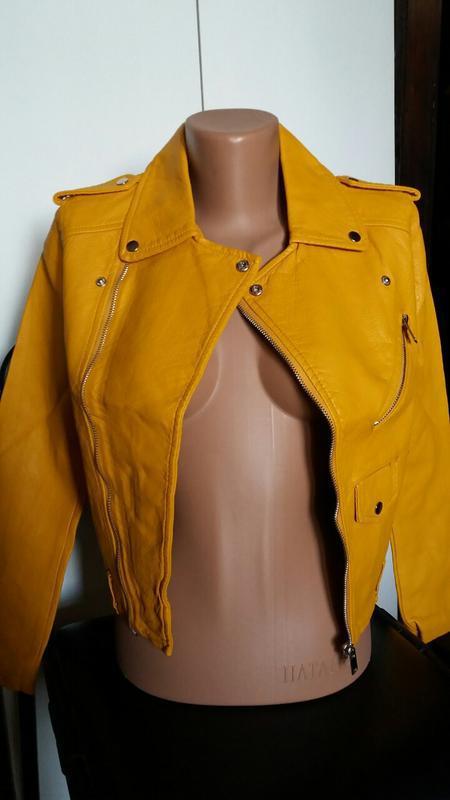 Женская куртка косуха из кожзама желтая - Фото 6