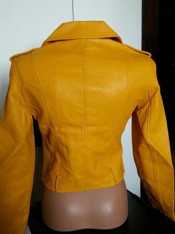 Женская куртка косуха из кожзама желтая - Фото 7
