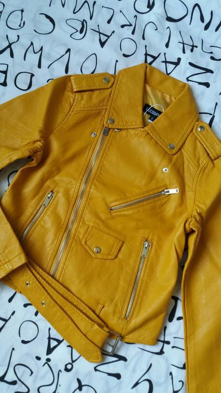 Женская куртка косуха из кожзама желтая - Фото 8