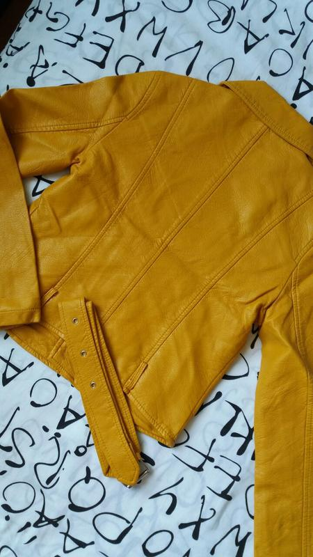 Женская куртка косуха из кожзама желтая - Фото 9