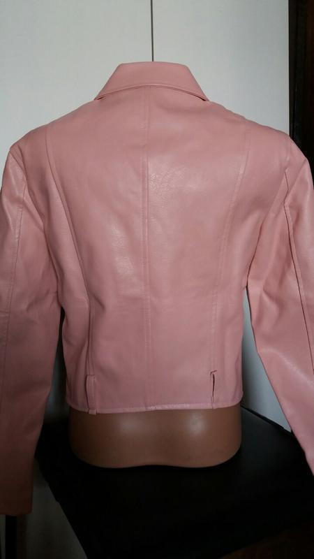 Женская куртка косуха из кожзама розовая - Фото 2
