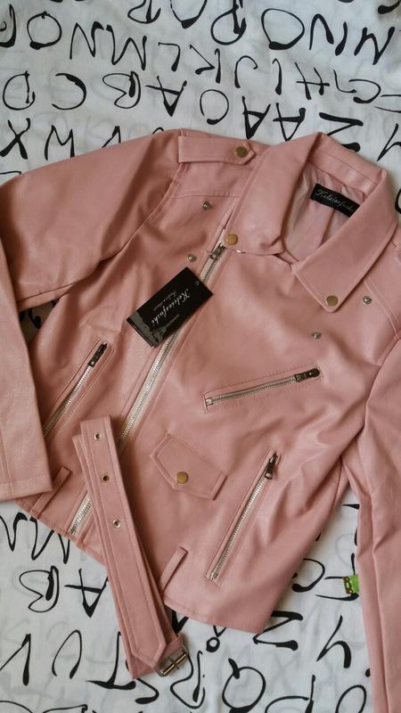 Женская куртка косуха из кожзама розовая - Фото 4