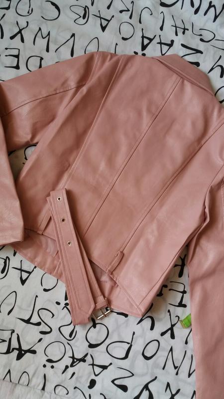 Женская куртка косуха из кожзама розовая - Фото 5