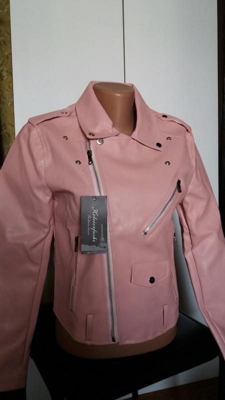 Женская куртка косуха из кожзама розовая - Фото 6