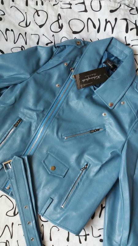 Женская куртка косуха из кожзама голубая - Фото 2