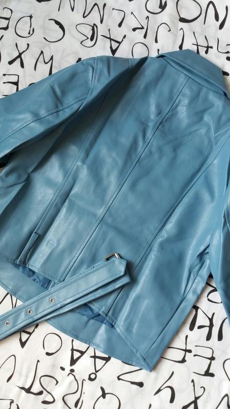 Женская куртка косуха из кожзама голубая - Фото 5