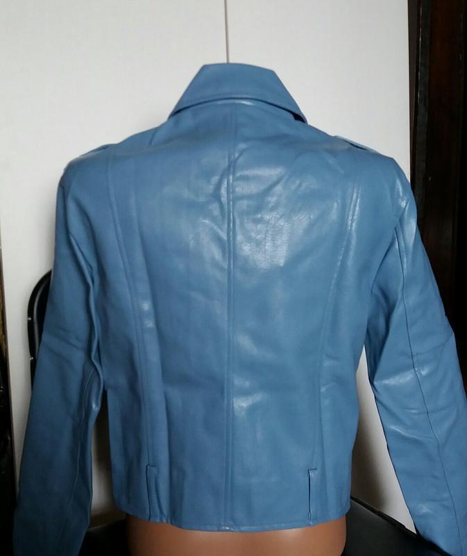 Женская куртка косуха из кожзама голубая - Фото 6
