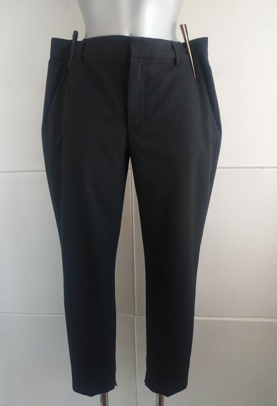 Стильные зауженные брюки zara базового черного цвета с карманами - Фото 3