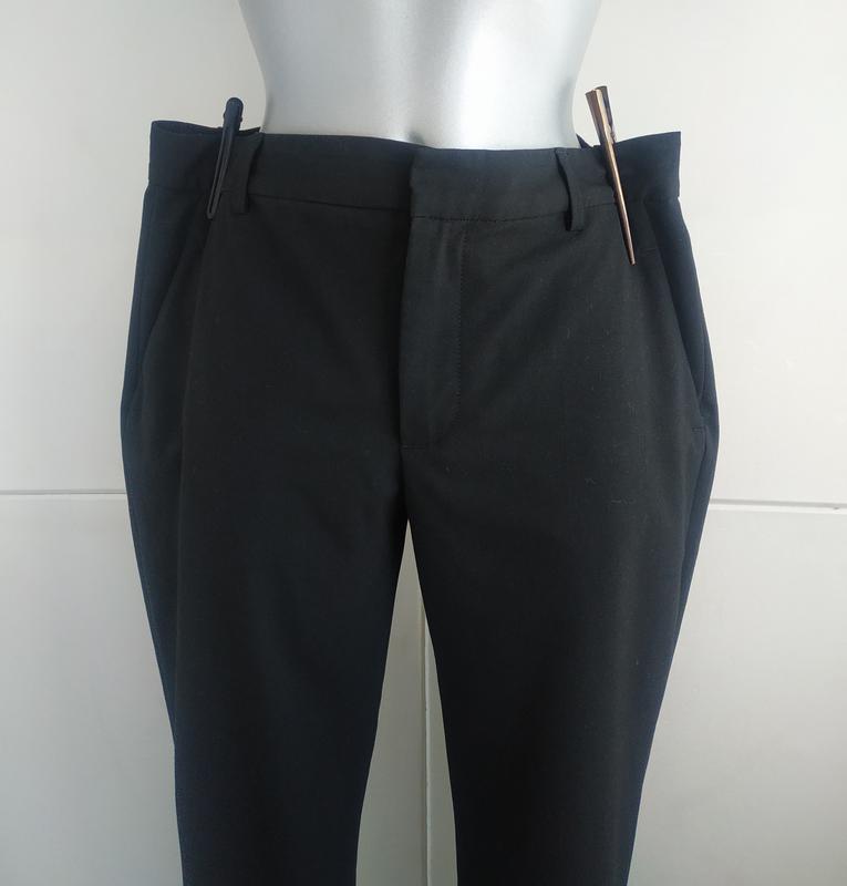 Стильные зауженные брюки zara базового черного цвета с карманами - Фото 4