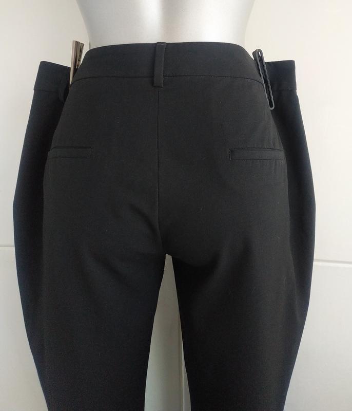 Стильные зауженные брюки zara базового черного цвета с карманами - Фото 5