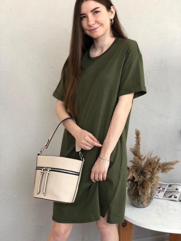 Базовое платье-футболка цвета хаки - Фото 5
