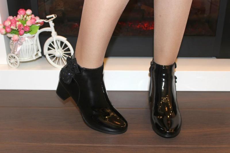 Женские короткие черные лаковые демисезонные ботинки ботильоны...
