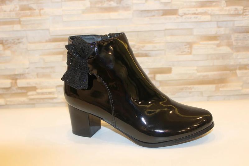 Женские короткие черные лаковые демисезонные ботинки ботильоны... - Фото 2
