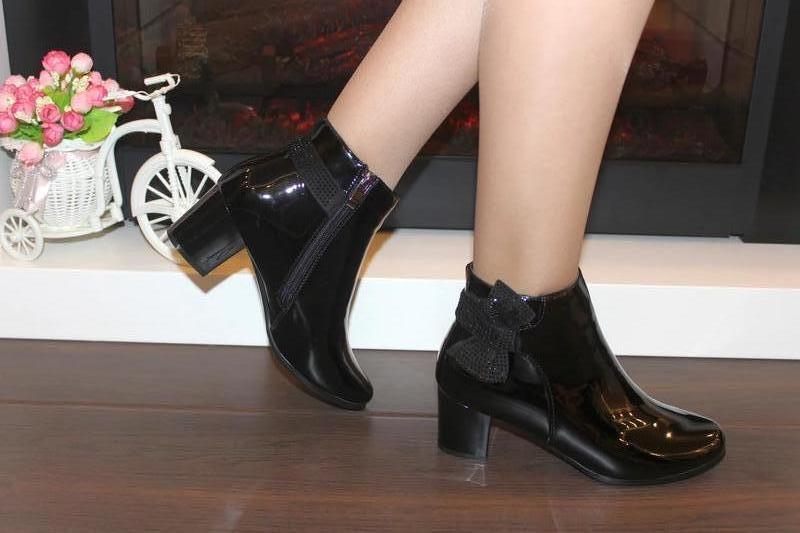 Женские короткие черные лаковые демисезонные ботинки ботильоны... - Фото 3