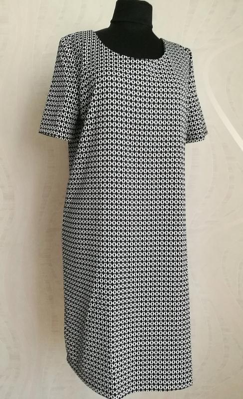 Платье длины миди в графический принт
