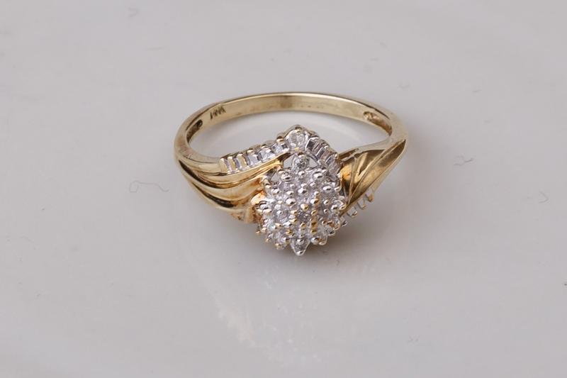 Мега скидка! золотое кольцо с бриллиантами