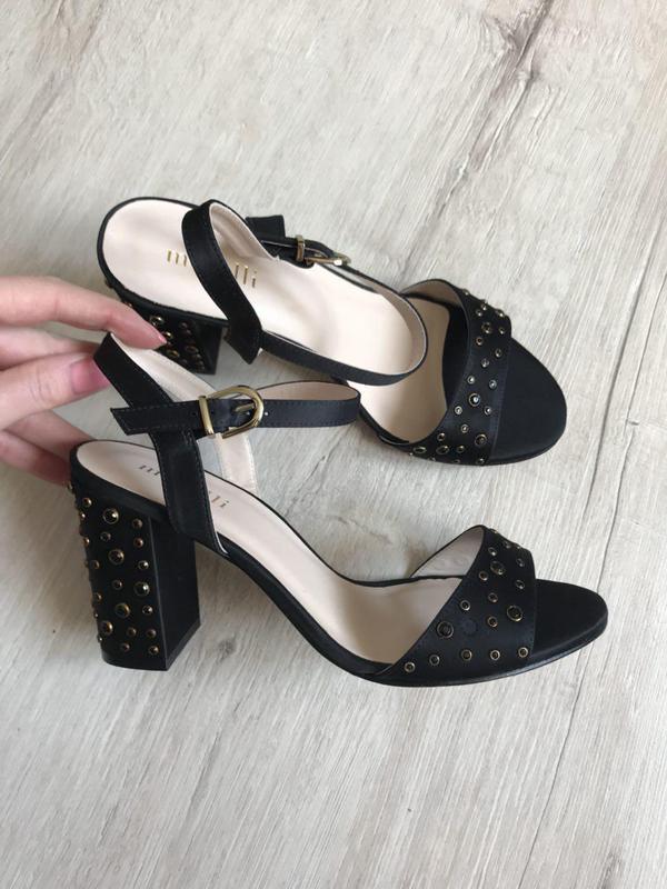 Шикарные классические босоножки с камнями на толстом каблуке m...