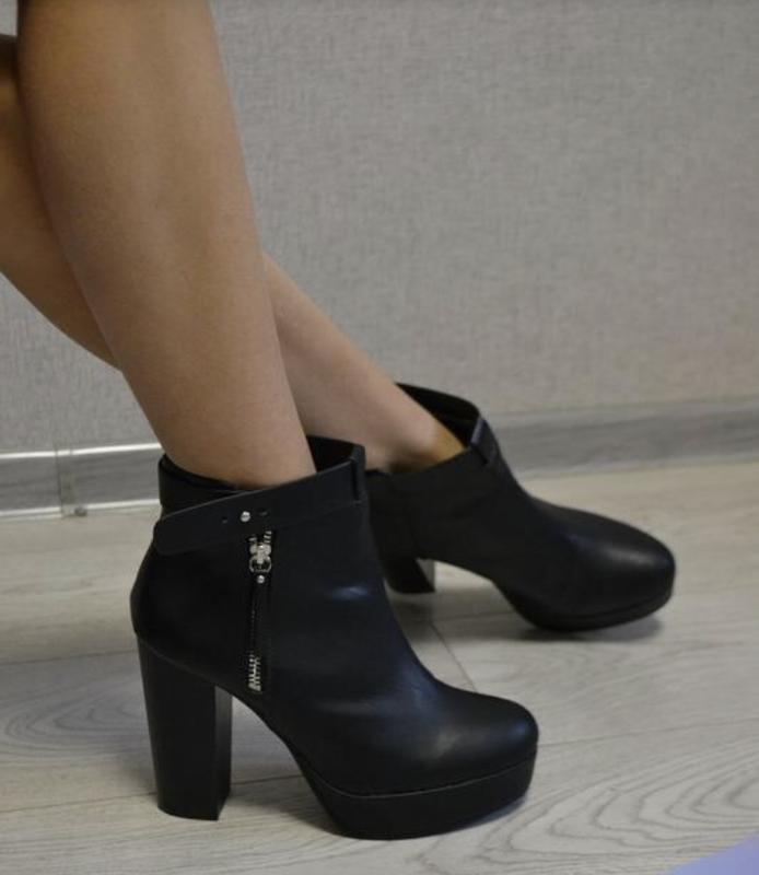 Стильные ботинки на устойчивом каблуке hm - Фото 3