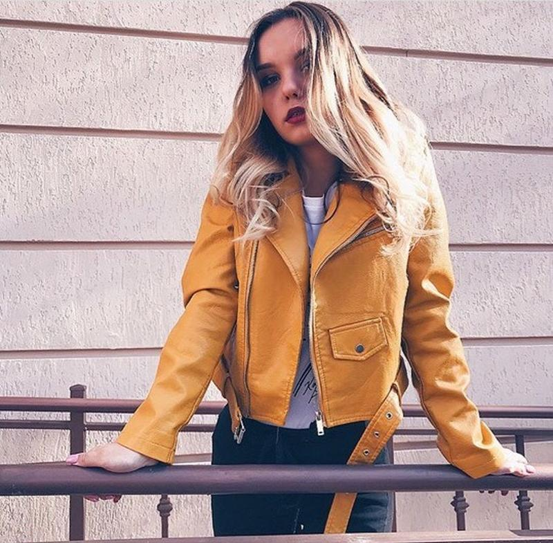 Женская куртка косуха из кожзама желтая - Фото 2