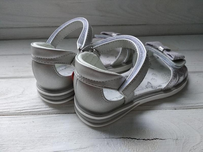 Открытые серебряные босоножки сказка с бантом твердым задником... - Фото 5