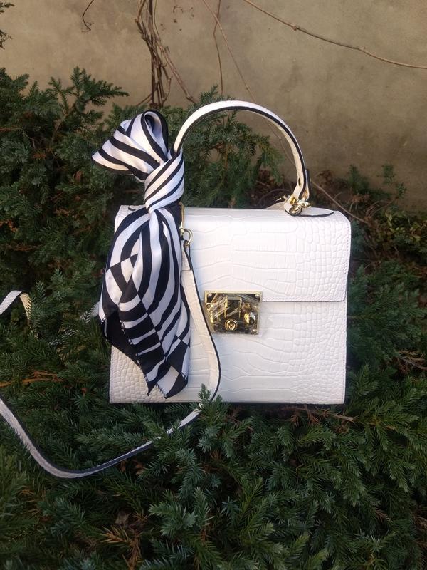 Белая кожаная сумочка с платочком