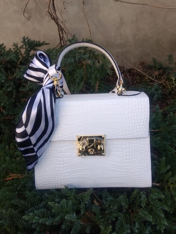 Белая кожаная сумочка с платочком - Фото 2
