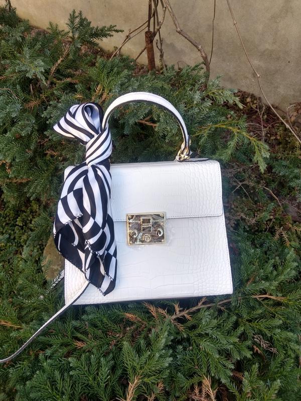 Белая кожаная сумочка с платочком - Фото 3
