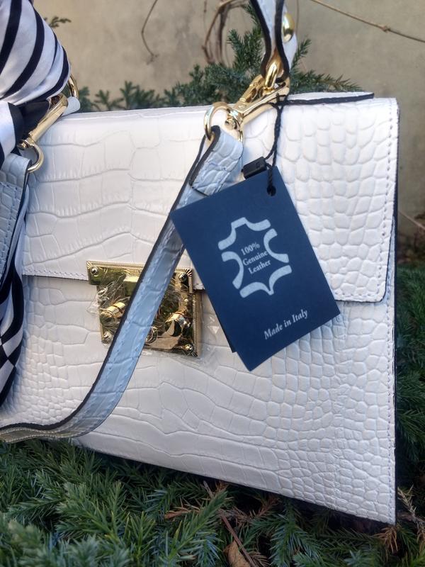 Белая кожаная сумочка с платочком - Фото 4