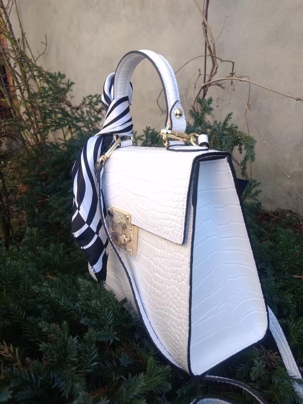 Белая кожаная сумочка с платочком - Фото 5