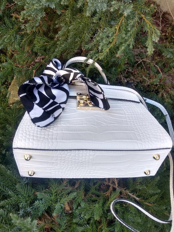 Белая кожаная сумочка с платочком - Фото 6