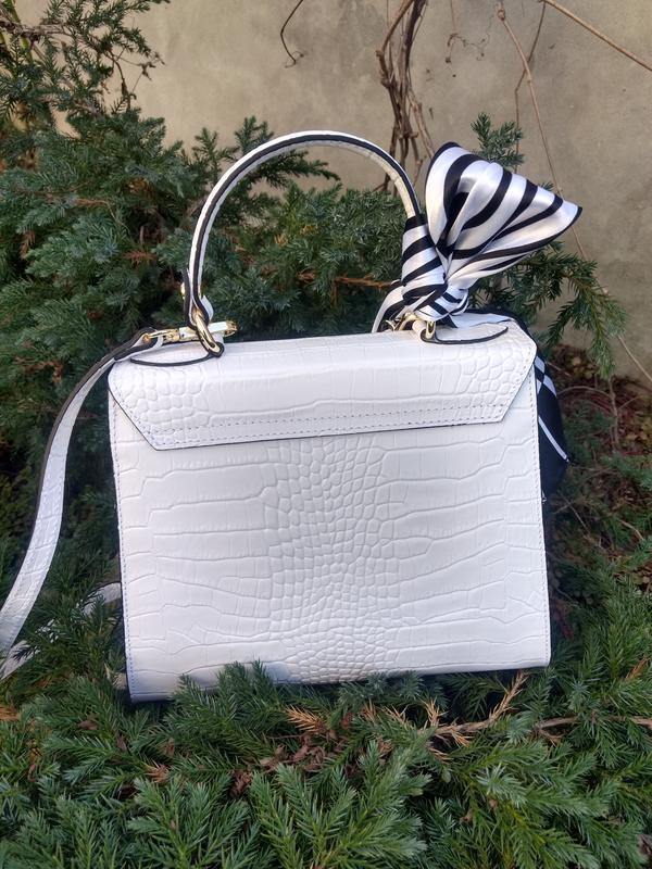 Белая кожаная сумочка с платочком - Фото 7