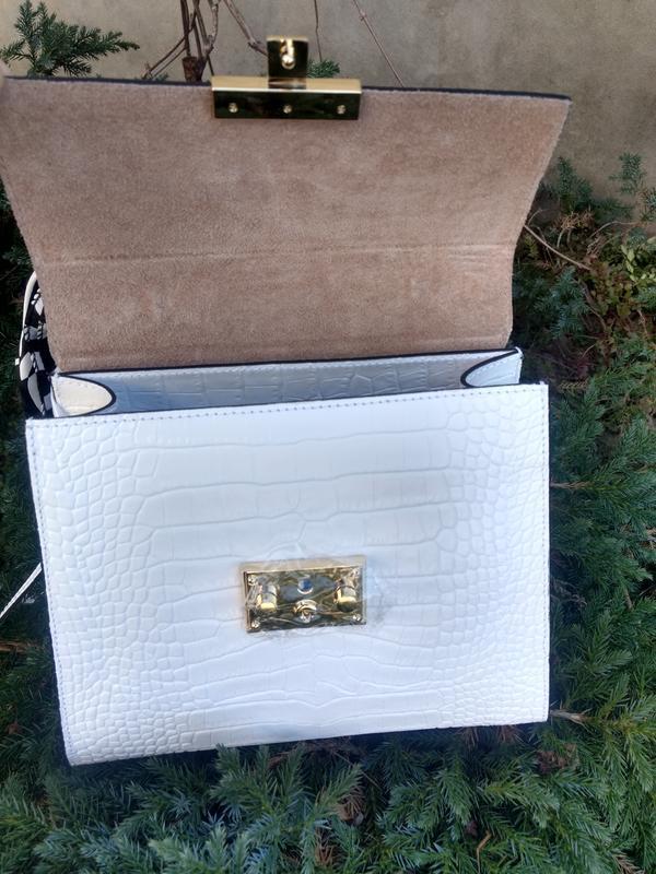 Белая кожаная сумочка с платочком - Фото 8