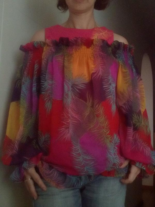 Яркая блузка с перьями с-м