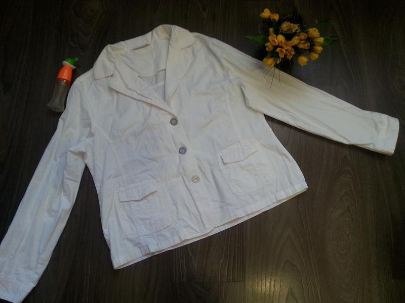 Белоснежный пиджак без подкладки.