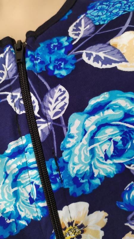 Женский трикотажный халат на молнии с карманами - Фото 2