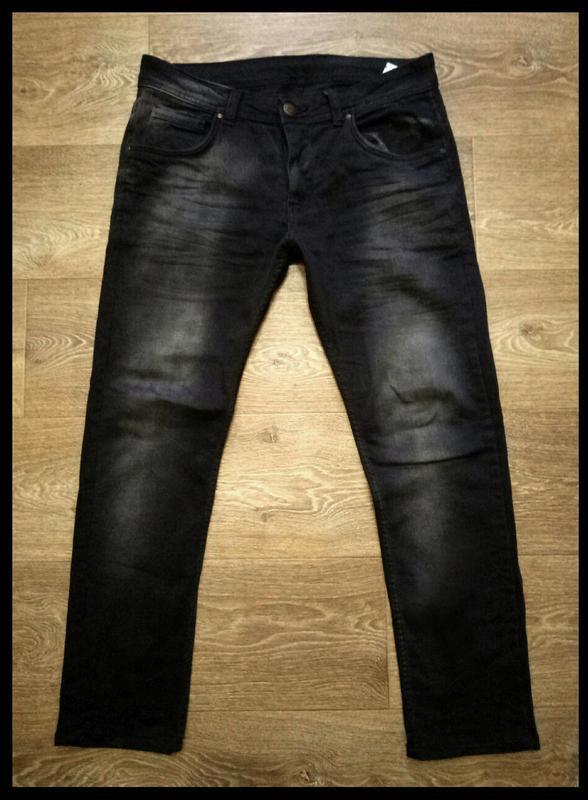 Стильные зауженные мужские черные джинсы с потертостями